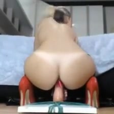 Montadita De Fake Penis En Tacones