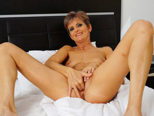 Brief Haired Mature Female Wanking